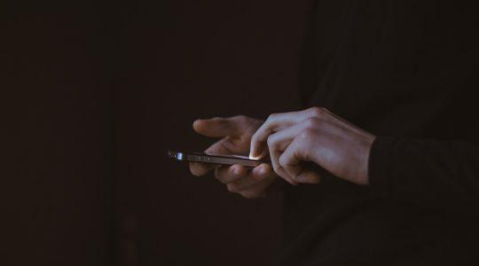 Comment présenter ses condoléances par SMS ou via les réseaux sociaux?